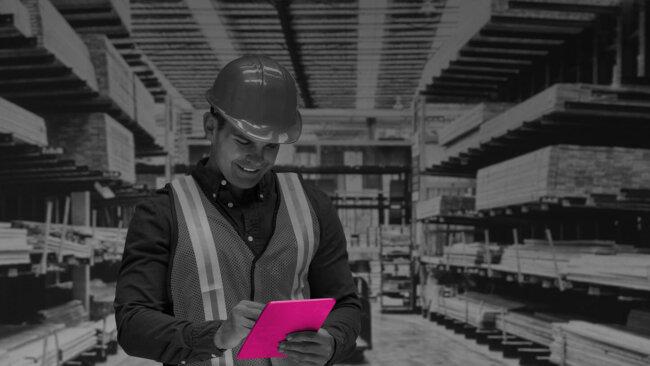 Bauarbeiter mit iPad im B2B E-Commerce