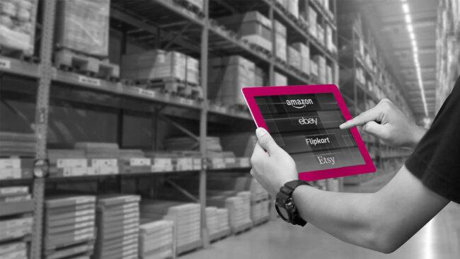 Tablet mit Online Marktplätzen in Lagerhalle