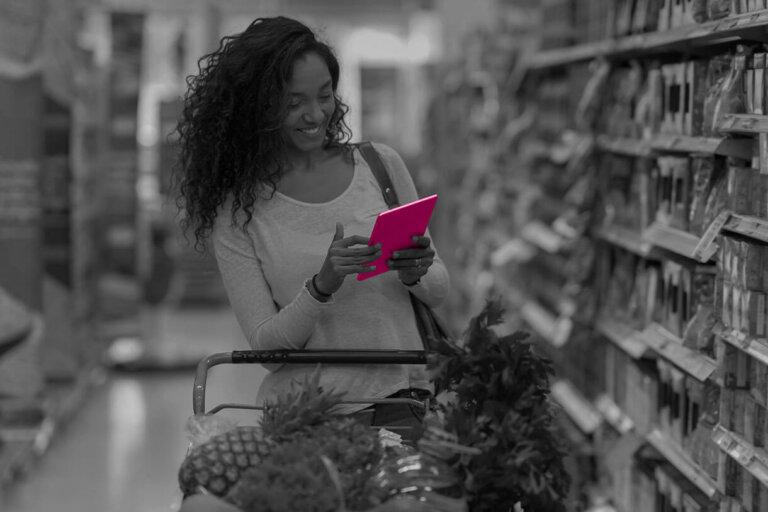 Frau mit Tablet in Supermarkt - Click&Collect